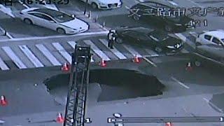 بالفيديو.. شرطي مرور صينى يمنع وقوع ضحايا بهبوط أرضى ضخم