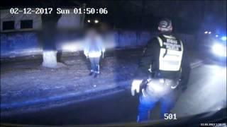 Policisti aiztur agresīvu ar nazi bruņojušos sievieti