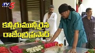 Actor Rajendra Prasad pays tribute to Devadas Kanakala..