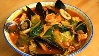 Spicy seafood and meat mixed noodle soup (Jjamppong: 짬뽕)