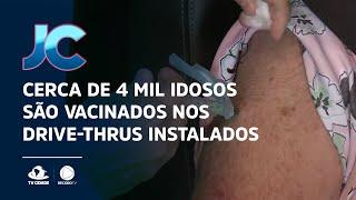 Cerca de 4 mil idosos são vacinados nos drive-thrus instalados nos shoppings de Fortaleza