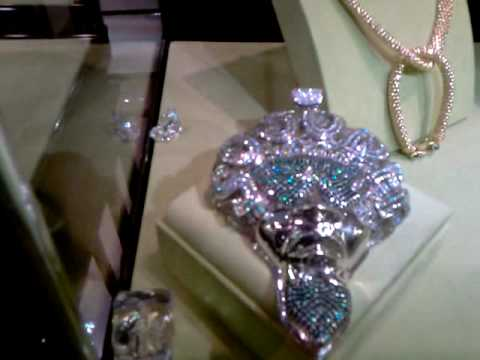 King Kavio Picks Up His Jewelry From Johnny S Videomoviles Com