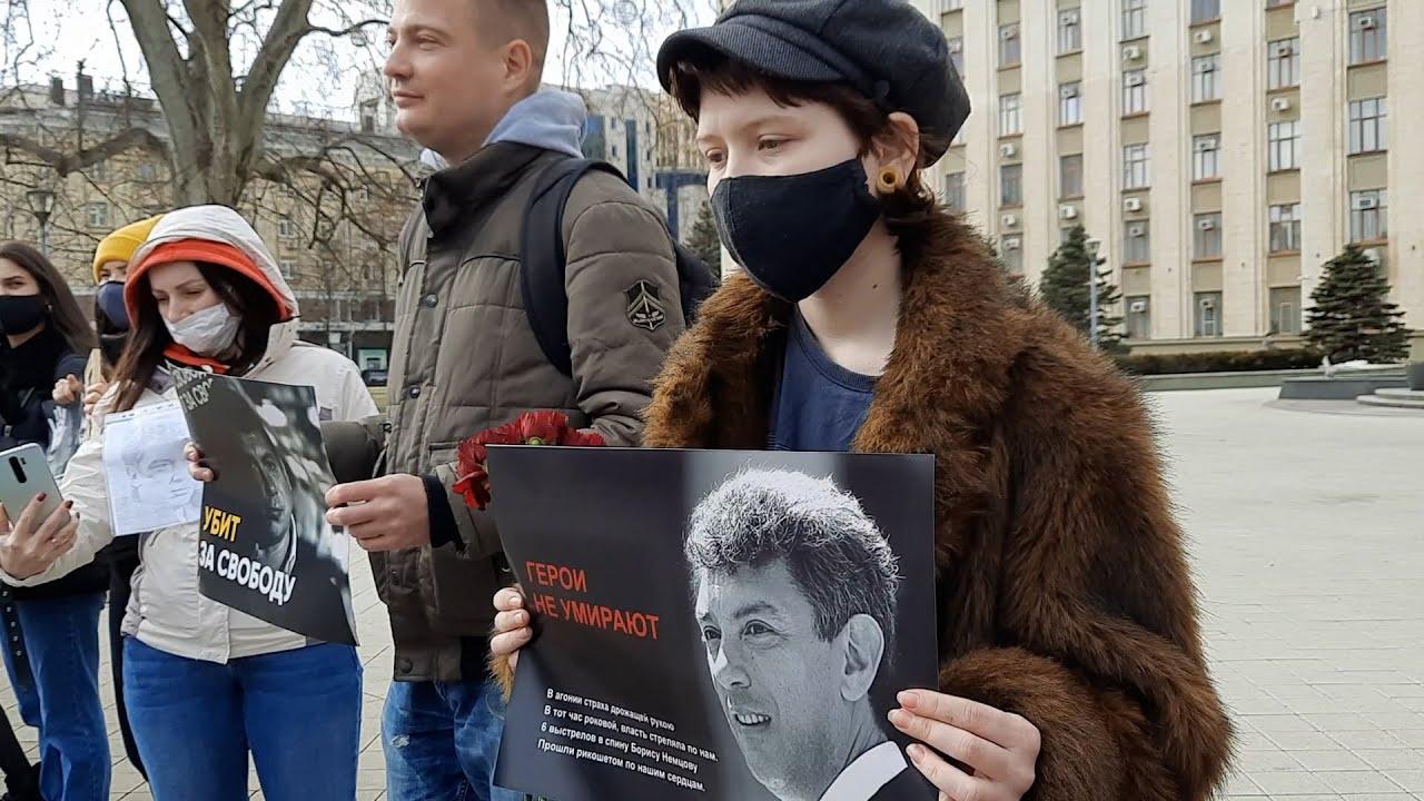 Краснодарцы вспомнили Немцова у импровизированного мемориала