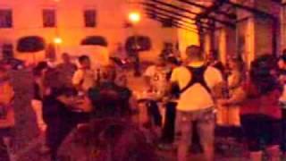 La comparsa Moracantana actúa en pleno mes de septiembre de 2008 en las calles de Badajoz: la imagen corresponde a la entrada del Teatro López de Ayala