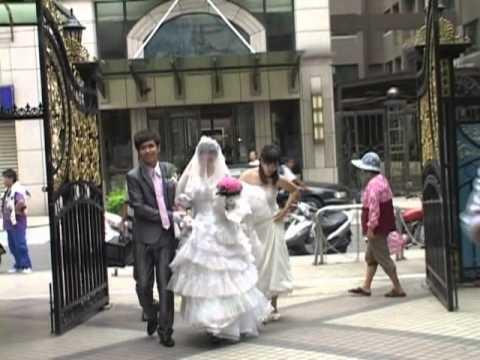 白馬王子新郎駕著馬車去迎娶新娘