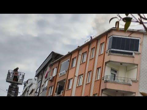 Zeytinburnu'nda Bir Kadın Çatı Katından Eşyaları Fırlatıp Evi Ateşe Verdi