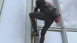 الرجل العنكبوت يتسلق ناطحة سحاب فى فرنسا