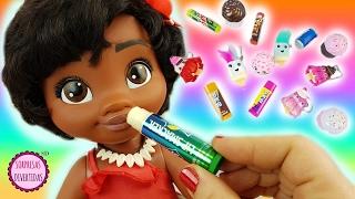 Bebé Moana se pinta los labios con brillos de sabores como juguetes