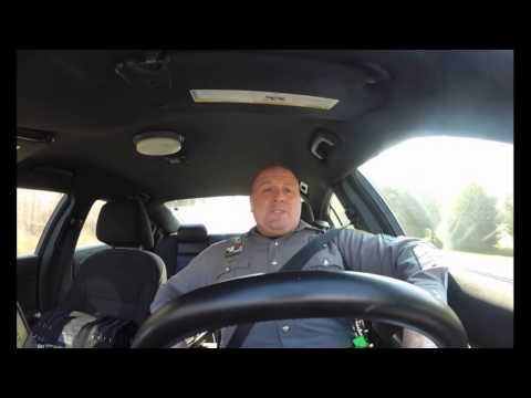 Што прави еден американски полицаец во колата кога е сам на смена?