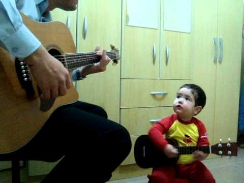 Bambino di solo1 anno e 11 mesi  canta Don't Let Me Down - The Beatles,