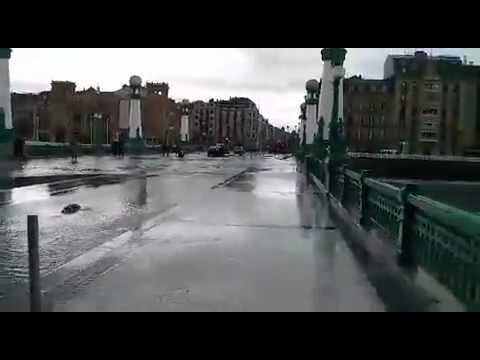 El mar destroza un puente en la ciudad de San Sebastian Donostia