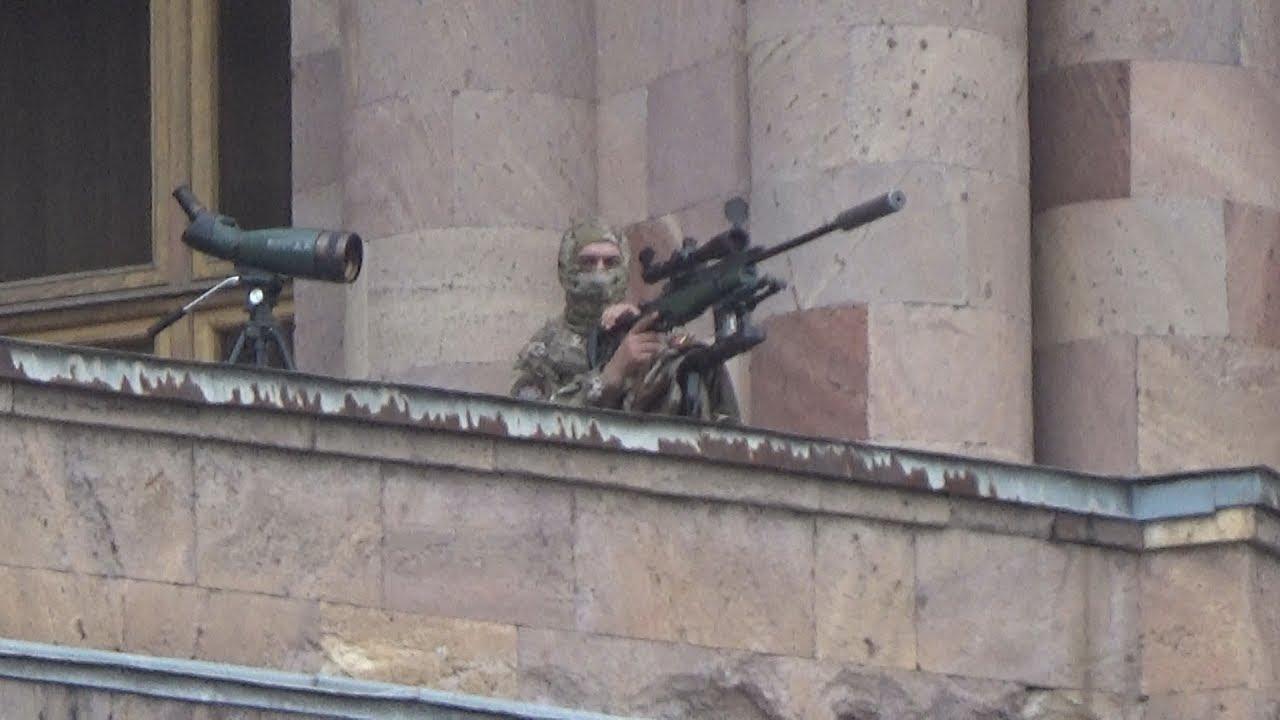 Под прикрытием снайперов Пашинян поздравил Армению с победой революции