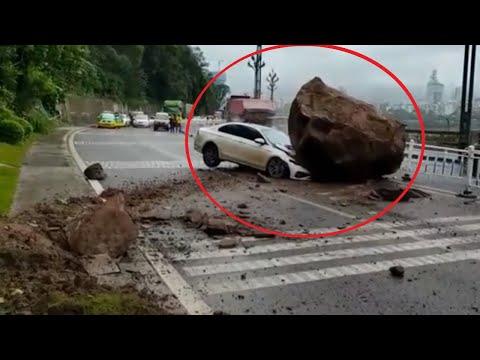 Ogromny głaz spadł na jadący samochód