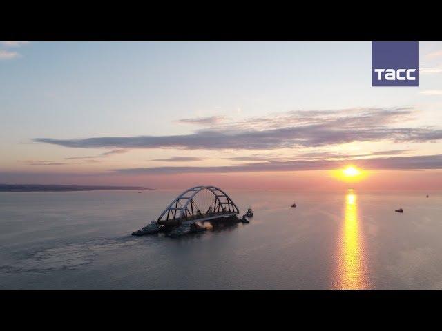 Кадры транспортировки автодорожной арки Крымского моста