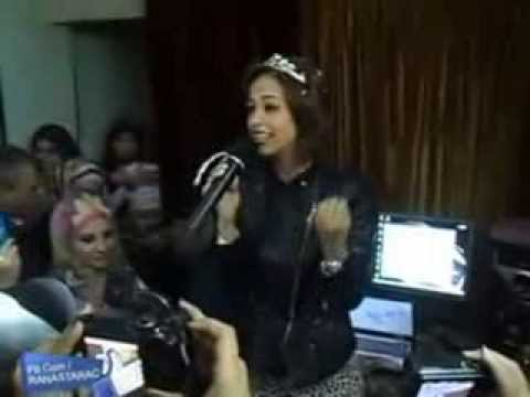 رنا سماحة مع جمهورها في بيتها بالقاهرة بعد وصولها لمصر مباشرة
