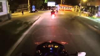 Un biciclist în viteză lovește un pieton pe zebră