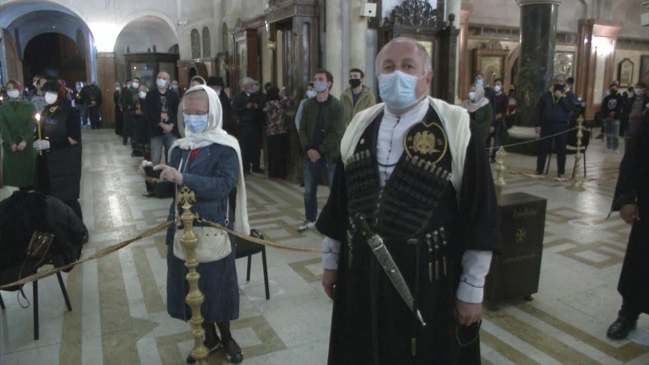 Пасха в режиме ЧП: сотни верующих пришли в кафедральный собор Тбилиси
