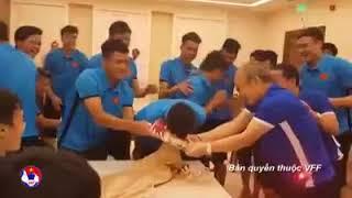 Clip  Xuân Trường 'chơi khăm' thầy Park bất thành trong ngày sinh nhật của Xuân Mạnh