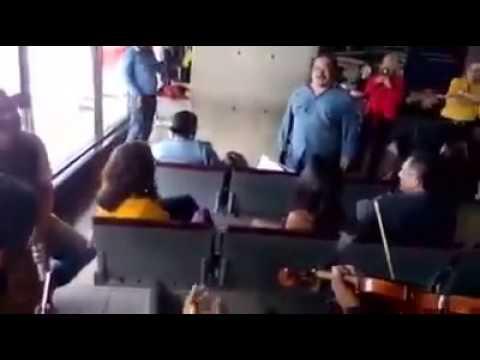 ¡QUE VIVA LA GAITA! Betulio Medina deleita a pasajeros en Maiquetía con su exquisita voz