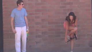 SMAKLA GAĆICE K'O NIŠTA! Prišla mu je, zavukla ruke pod suknjicu i zatražila POMOĆ (VIDEO)