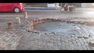 Rompimento de cano de água da Corsan causa transtorno para motoristas no centro de Camaquã