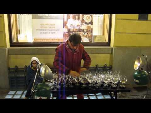 Виртуоз на чаши свири своја верзија од дело на Паганини
