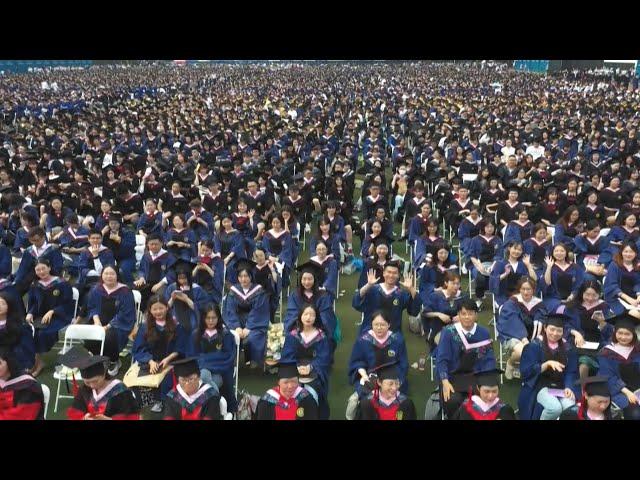 武漢大學舉行萬人畢業典禮 邀請去年因疫缺席畢業生