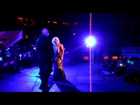 Marisela sorprende a su publico cantando con Toro, el papa de su hija!