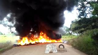 Manifestantes ateiam fogo em pneus velhos na rodovia estadual