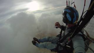 Paramoteur dans les nuages