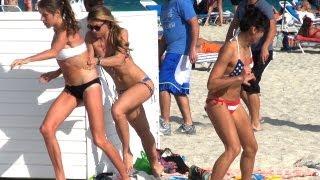 Rắn giả troll gái trên bãi biển