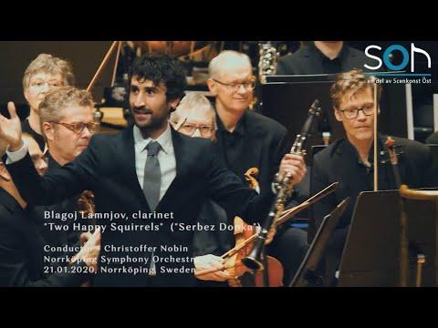 Кларинетистот Благој Ламњов изведува македонска песна со шведската филхармонија