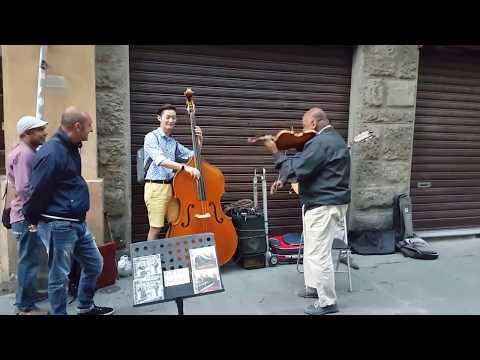 Turista se une a músicos callejeros mira el resultado