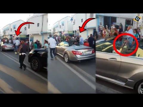 مواطنون يتجمعون حول الملك محمد السادس في مرتيل
