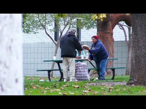 Му даде на бездомникот 100 долари и го следеше да види како ќе ги потроши