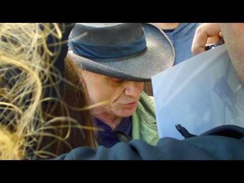 Robert Blake reaches out to fans and gets kicked out of autograph show. 2/13/11 Burbank