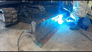 Replacing a cutting edge on an excavator blade