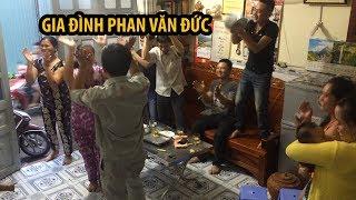 Gia đình Phan Văn Đức vui mừng trước chiến thắng của U.23 Việt Nam