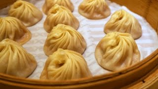 Taiwanese Food (Xiao Long Bao - 小籠包): Eating soup dumplings at Din Tai Fung (鼎泰豐) in Taipei, Taiwan