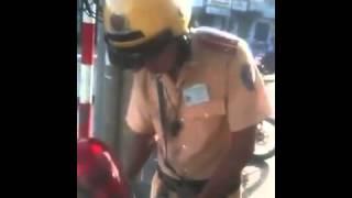 Công an giao thông Việt Nam hành động như ăn cướp