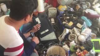 Thanh niên chọn mua laptop ve chai