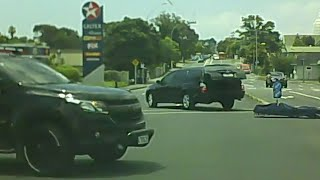 Vozeći se na motoru zaustavio se na semaforu, a onda ostao u šoku kada je vidio šta je ispalo iz gepeka crnog automobila!