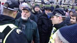 Rīgas Pašvaldības policija aiztur piketētāju, kas pieprasīja Ušakova atkāpšanos (part1)