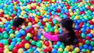 Niños en piscina de bolas