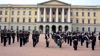Kongens Garde i Norge med vagtskifte til lyden af 'Thriller'
