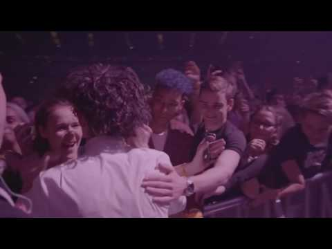 The 1975 special moment at Vevo o2 London UK - The engagement & Matt Healy goes into crowd - HD