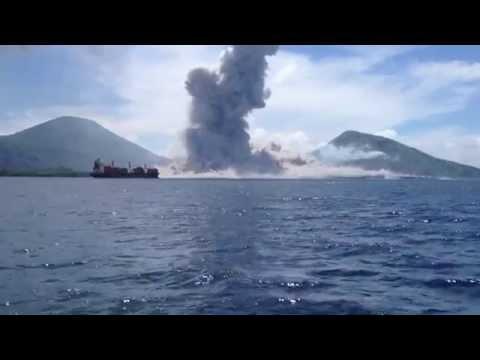 Спектукларно и застрашувачко: Ерупција на вулкан во Папуа Нова Гвинеја