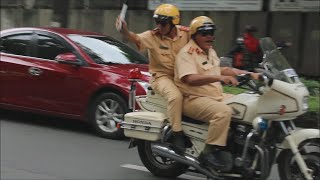 Vinasun taxi driver was scolded by traffic police due to giving way for military convoy too slow