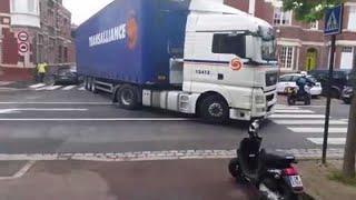 KADA SE VRATI DOBIĆE INFARKT: Pogledajte šta je ovaj kamiondžija uradio od njegovog parkiranog Meganea (VIDEO)