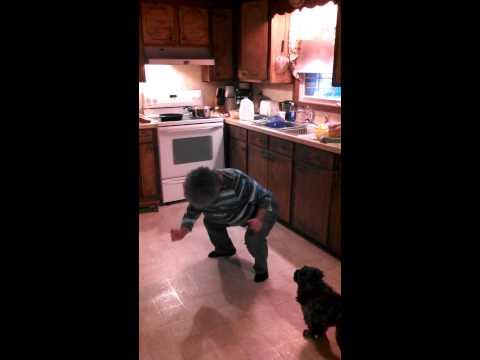 这位妈妈在煮饭过程中被拍下了这些动作。网友:年轻的时候一定有练过一段